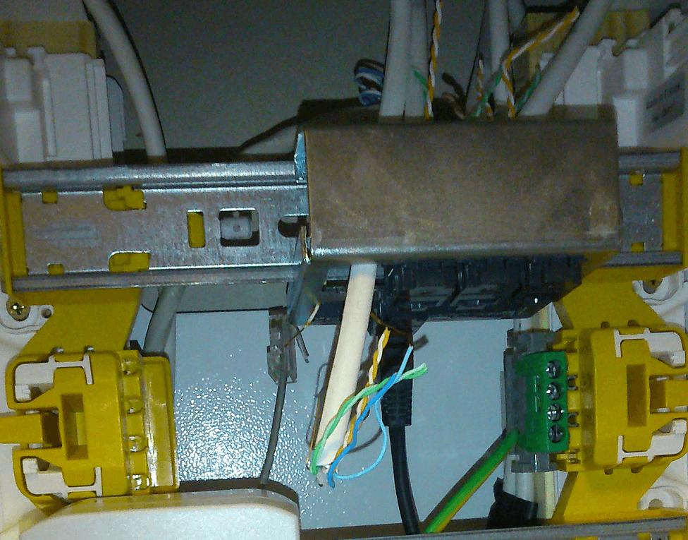 Boitier de communication Legrand 3 médias LEG93046 dont toutes paires ne sont pas brancher et qui ne laisse donc passer que le téléphone